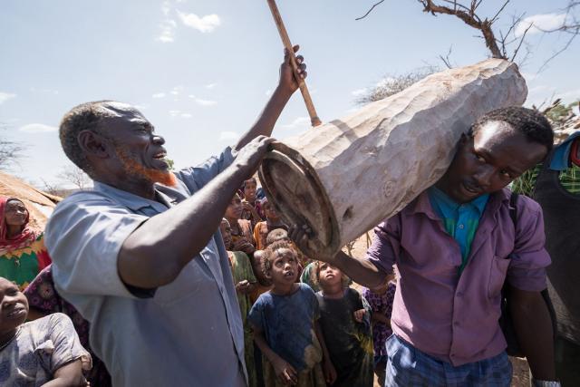 Déplacé par les conflits et les tensions ethniques, Hussein, leader communautaire originaire de la région Somali (Éthiopie), explique la construction de ruches, grâce auxquelles les membres de l'ancienne communauté apicole ont rétabli les moyens de subsistance qu'ils avaient perdus en fuyant leur foyer. Photo : FLM/Albin Hillert