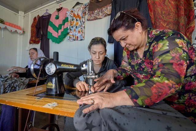 Janet enseigne la couture à une classe de Yézidies dans un « espace réservé aux femmes », au sein d'un camp de déplacé-e-s internes à Daoudia (Kurdistan irakien). Photo : Paul Jeffrey/Alliance ACT