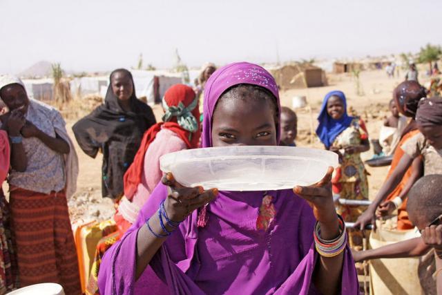 Plusieurs réfugié-e-s se rassemblent autour d'une borne-fontaine du camp de Minawao, au nord du Cameroun. Photo : FLM/C. Kästner